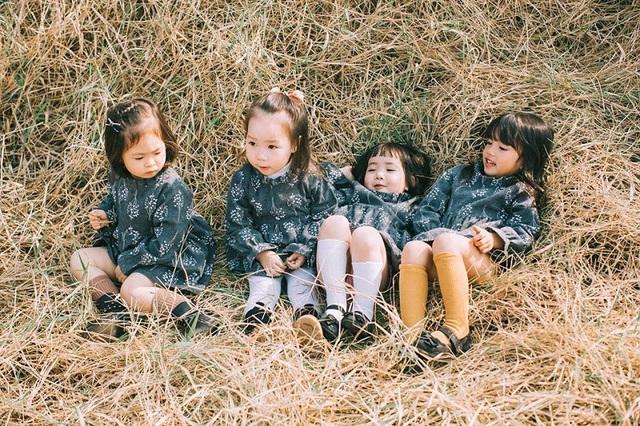"""Dịp gần đây, Vy Chan được mẹ đưa về Việt Nam chơi. """"Nhân dịp bạn về Việt Nam nghỉ lễ các mẹ quyết định chụp một bộ ảnh đánh dấu kỷ niệm tình bạn đầu tiên của các con"""", chị Phương chia sẻ."""