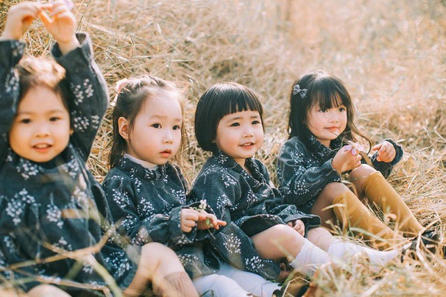 4 cô bé ở độ tuổi 2,5 – 3,5 tuổi, cao ngang nhau, mặc những bộ váy giống nhau, tinh nghịch vui đùa trong từng bức ảnh đốn tim cộng đồng mạng.