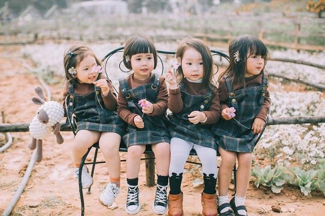 """Bộ ảnh """"Đàn chuột con"""" của 4 cô bé xinh xắn mới đây được thực hiện với ý nghĩa như thế. Mẹ của 4 cô bé là bạn thân thời đại học, họ lấy chồng cùng một năm và cùng sinh những cô con gái chạc tuổi nhau."""