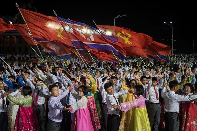"""Hàng nghìn người tham gia lễ kỉ niệm được mô tả là """"người trong độ tuổi lao động, sinh viên, thanh niên"""" (Ảnh: AFP)"""