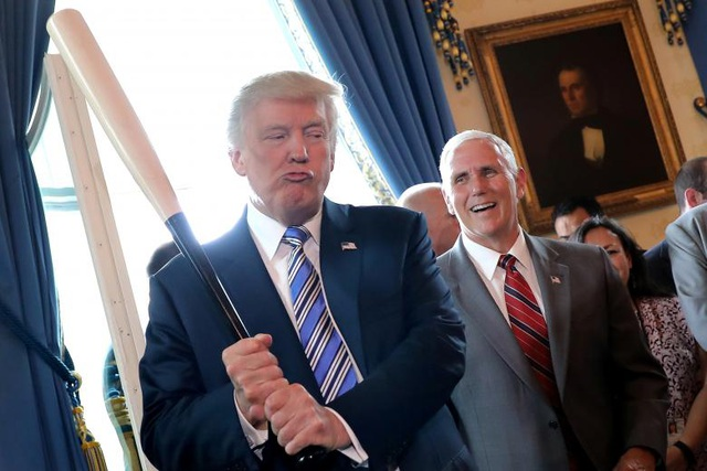 Phó Tổng thống Mike Pence quan sát Tổng thống Trump cầm cây gậy bóng chày. Với phong cách điềm tĩnh, quan điểm bảo thủ và kinh nghiệm dày dặn trong chính trị, giới quan sát cho rằng ông Mike Pence là một mảnh ghép hoàn hảo với một vị tổng thống mạnh mẽ, quyết liệt như ông Trump.