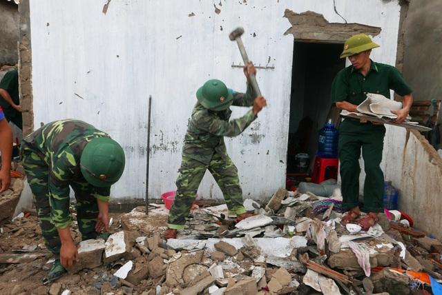 Những ngôi nhà bị bão đánh sập, các chiến sĩ bộ đội phải bới gạch ngói vụn tìm các vật dụng còn sót lại giúp đỡ người dân.