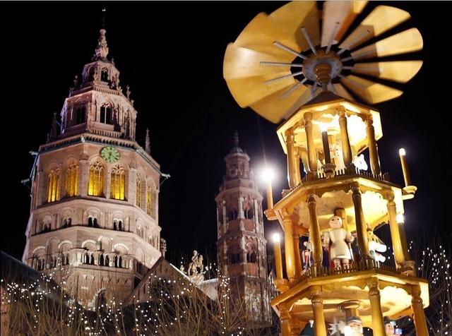 Một tòa tháp gỗ trang trí cho phiên chợ Giáng sinh ở thành phố Mainz, Đức.