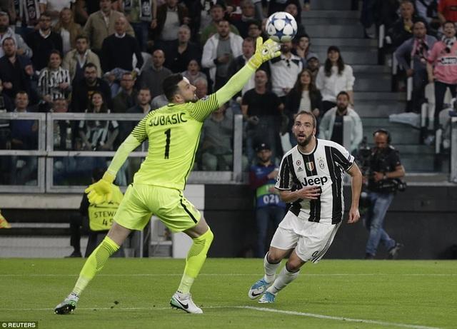 Thủ môn Subasic cứu thua pha bấm bóng của Higuain