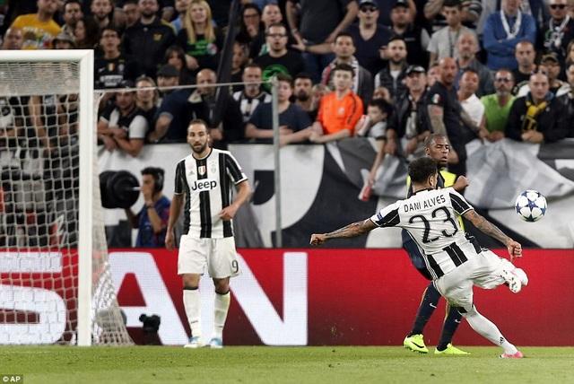 Tình huống Dani Alves ghi bàn nâng tỷ số lên 2-0 ở phút 44