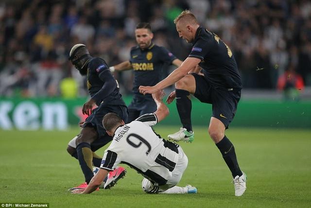 Tình huống Higuain bị cầu thủ Monaco phạm lỗi thô bạo