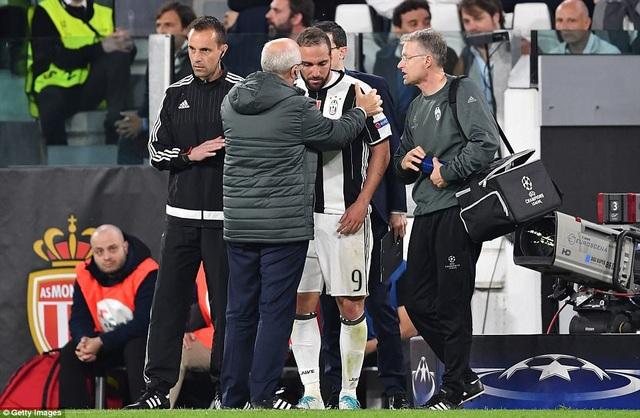 Trận đấu khá căng thẳng, khi Higuain bị đau ngay từ đầu trận