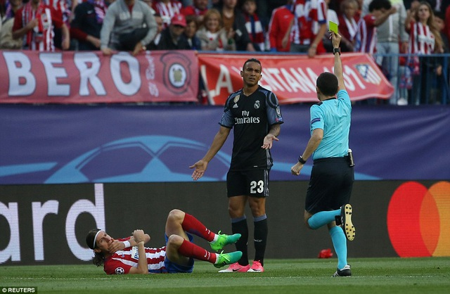 Falipe Luis bị đau sau pha va chạm với cầu thủ Real Madrid