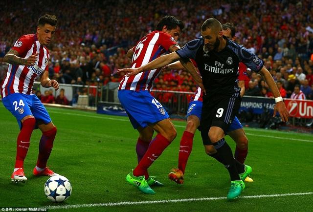 Pha đi bóng của Benzema trong vòng vây hậu vệ Atletico