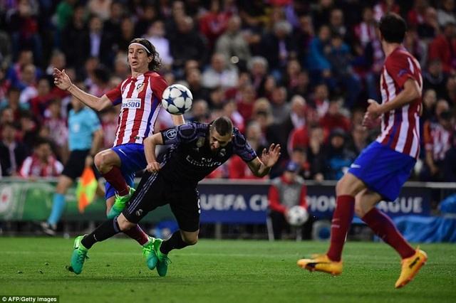 Benzema bị hậu vệ Atletico đeo bám rất chặt