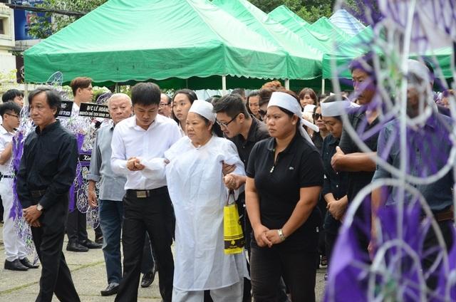 Vợ nhạc sĩ được các học trò dìu đi trong tang lễ của chồng bởi sức khỏe của bà không được tốt