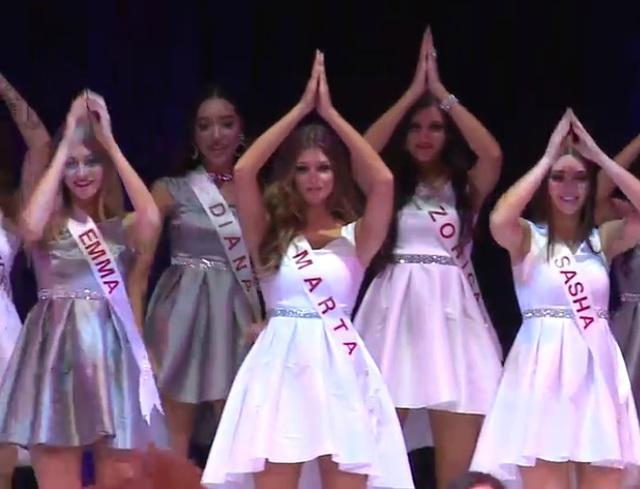 Diana đứng ở hàng thứ 2 trong màn nhảy đồng diễn.