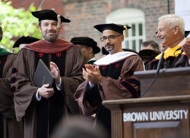 """Nam diễn viên Ben Affleck từng hai lần giành giải Oscar và đã được nhận bằng Tiến sĩ Nghệ thuật của trường Đại học Brown hồi năm 2013 sau khi đạt thành công lớn với phim """"Argo"""" (2012). Trong phim, Affleck vừa đạo diễn vừa diễn xuất chính. """"Argo"""" đã đoạt giải Oscar cho Phim xuất sắc nhất."""