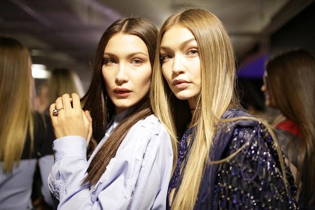 Người mẫu Bella Hadid (trái) có một gương mặt già giặn hơn cả chị gái - người mẫu Gigi Hadid (22 tuổi - phải), nhưng kỳ thực Bella mới 20 tuổi.