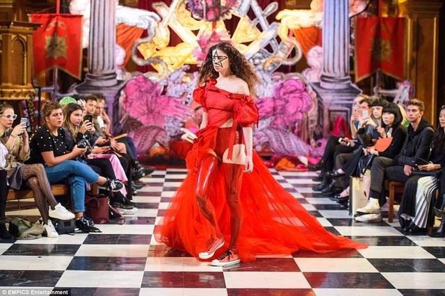 Bộ sưu tập Xuân/Hè 2018 của Findikoglu là một điểm nhấn táo bạo tại Tuần lễ Thời trang London.