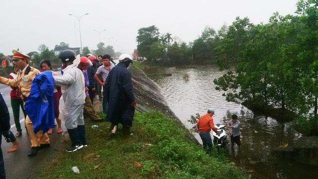 Hồ nước sâu bên đường Quốc lộ 1A - nơi xảy ra tai nạn và có sự giúp đỡ kịp thời của các chiến sĩ CSGT Huế
