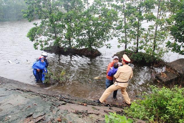 Chiến sĩ CSGT Công an tỉnh Thừa Thiên Huế cùng người dân có mặt kịp thời ứng cứu 2 mẹ con chị Anh.