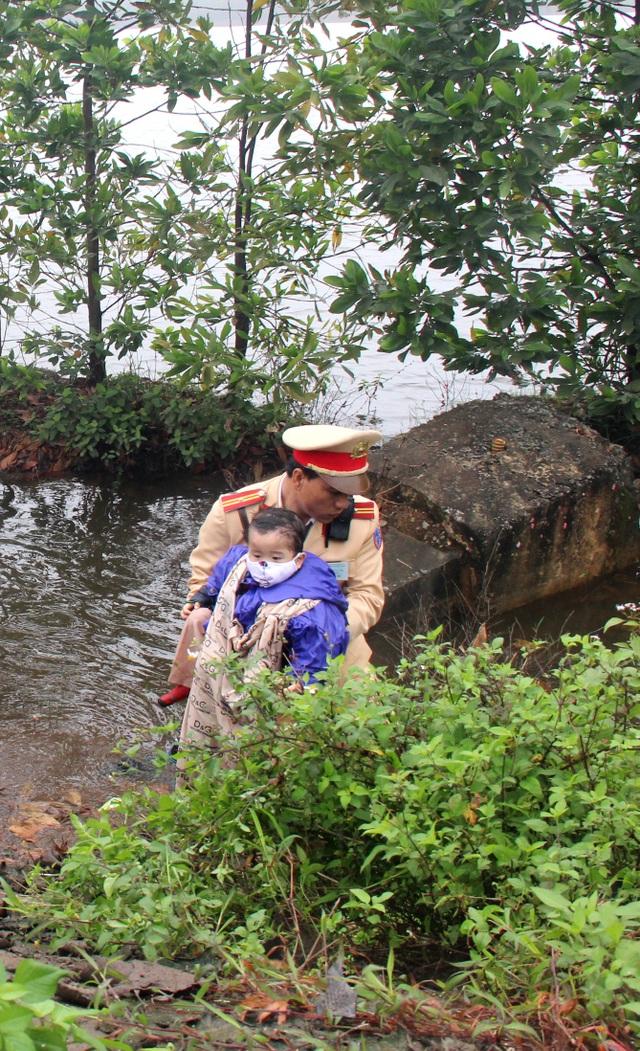 Cháu bé được ưu tiên bế lên trước. Cả 2 mẹ con may mắn không bị ngạt dưới hồ nước.