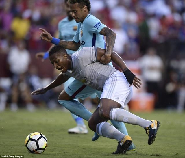Valencia để mất bóng khá nguy hiểm tạo điều kiện cho Neymar