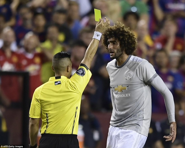 Trận đấu diễn ra đầy căng thẳng, Fellaine nhận thẻ vàng
