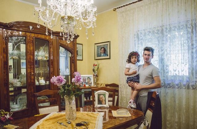 Người cha đơn thân sống ở Camporeale, Sicily, Ý.