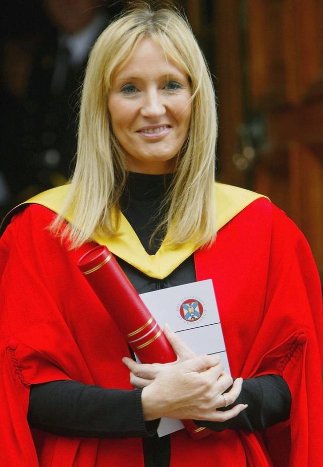 """Nữ nhà văn của loạt tiểu thuyết """"Harry Potter"""" - J.K. Rowling - không chỉ là nhà văn giàu có nhất thế giới mà có thể còn sở hữu nhiều bằng cấp nhất. Trong vòng 15 năm qua, nữ văn sĩ đã nhận được tới 7 bằng Tiến sĩ từ các trường Đại học của Anh và Mỹ."""