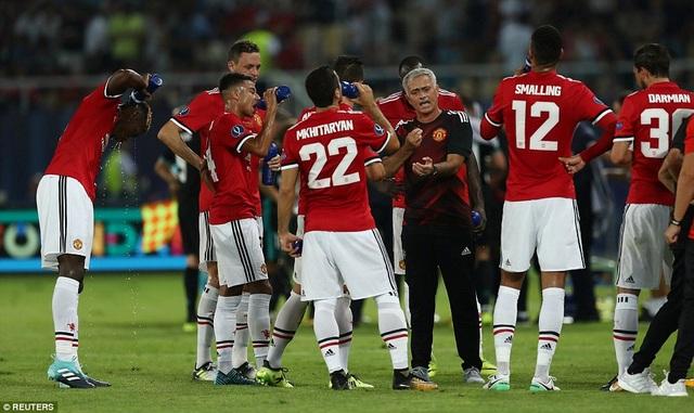 Mourinho tranh thủ nhắc nhờ học trò trong thời gian giải lao