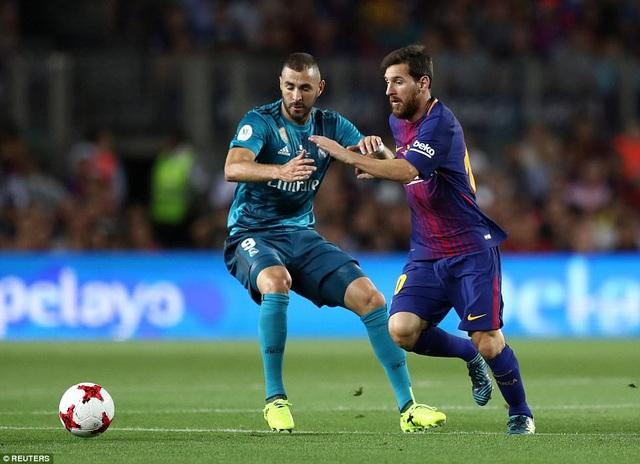 Benzema và Messi trong một tình huống tranh chấp