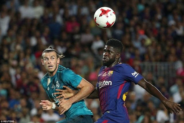 Bale bật cao tranh chấp bóng bổng với Umtiti