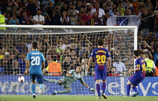 Messi thực hiện thành công và gỡ hòa 1-1 cho Barcelona