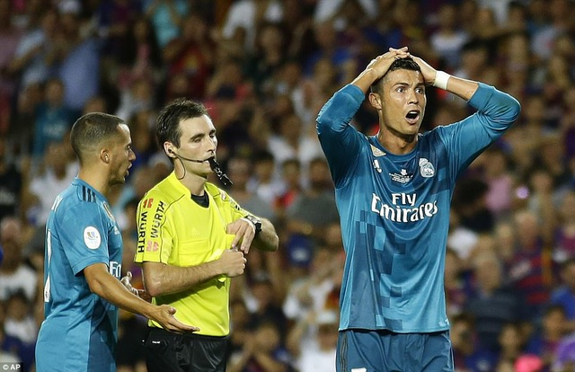 Nỗi thất vọng của Ronaldo khi nhận thẻ vàng thứ 2 ở phút 82 do lỗi ăn vạ