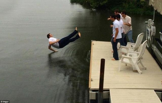 Bức ảnh này được chụp vào đúng khoảnh khắc trước khi người đàn ông rơi xuống nước. Trong bức ảnh, trông làn nước như thể một mặt phẳng cứng.