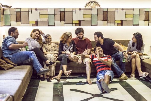 Gia đình Mathur rất đông thành viên. Họ sống ở New Delhi, Ấn Độ.