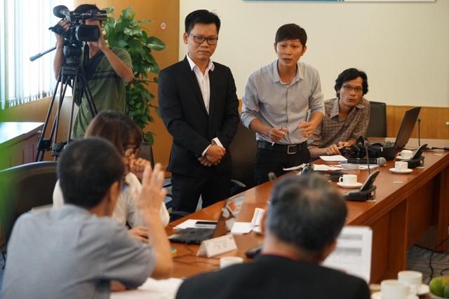 Giây phút thí sinh tranh luận cùng ban giám khảo về sản phẩm.