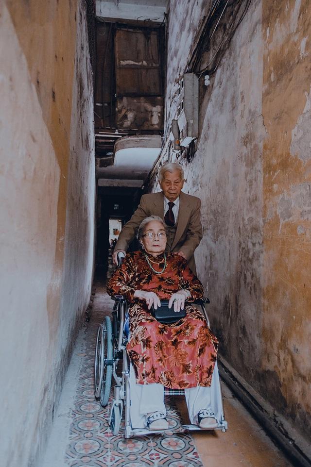 """Năm nay đã ở tuổi 90, hai ông bà vẫn chăm sóc cho nhau từng li từng tí. Ông nhớ thói quen của bà hàng ngày là """"sáng ăn phở, tối uống sữa chống loãng xương"""", chưa ngày nào bỏ bữa."""