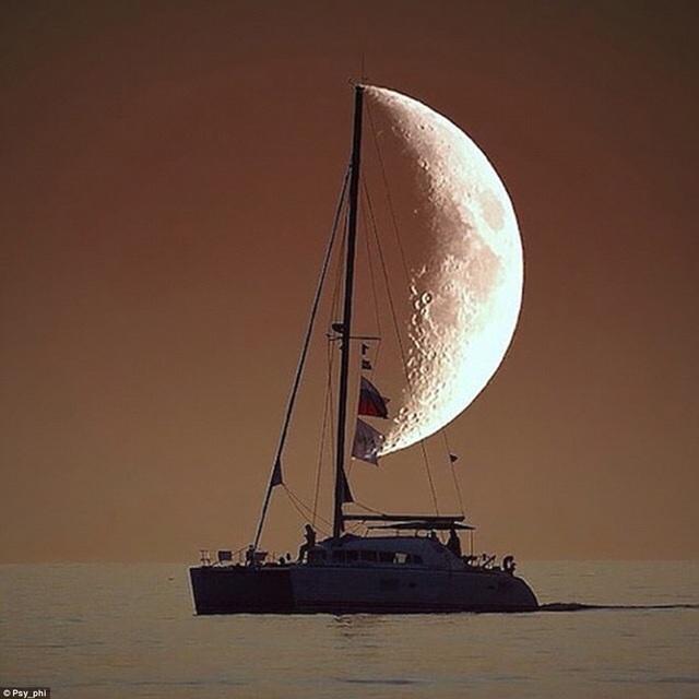 Nửa vầng trăng trở thành cánh buồm.