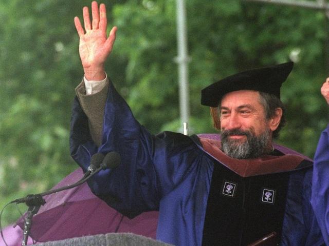 """Nam diễn viên Robert De Niro nhận bằng Tiến sĩ danh dự chuyên ngành Nghệ thuật của trường Bates khi nhận lời đến đây phát biểu trong lễ phát bằng cho sinh viên ra trường hồi năm 2012. Trong bài phát biểu, ông đã có một lời khuyên thú vị dành cho các sinh viên: """"Nếu bạn là diễn viên, hãy sống thật với vai diễn. Nếu bạn không là diễn viên, hãy tìm cho mình một vai diễn và sống thật với chính mình""""."""