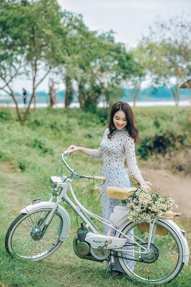 Ngọc Anh rất yêu các loài hoa Hà Nội. Cô thường nhận lời làm người mẫu cho những bộ ảnh chụp với hoa như: hoa loa kèn, hoa giấy, hoa phượng...