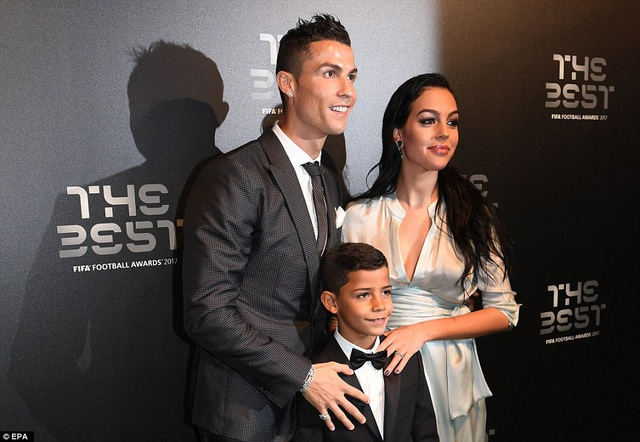 C.Ronaldo bên vợ con trong buổi lễ vinh danh của FIFA