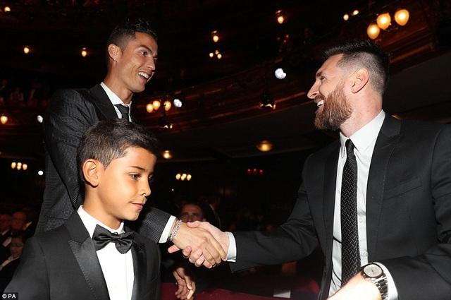 Hành động thân thiện của hai đối thủ cạnh tranh trực tiếp Messi và C.Ronaldo