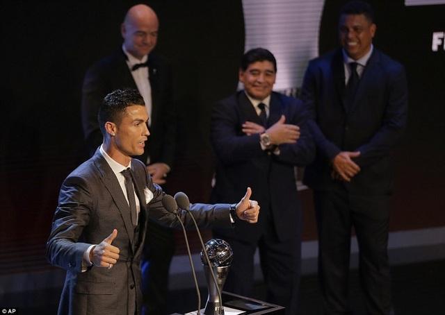 Hai huyền thoại bóng đá Maradona và Ronaldo béo cũng có mặt ở Gala trao giải