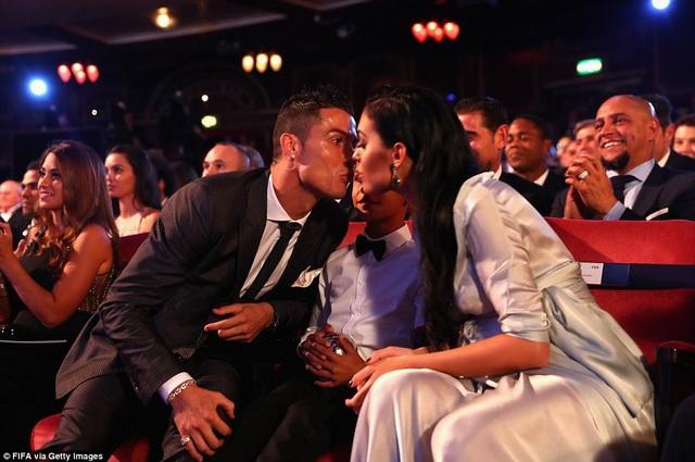 Bạn gái Georgina Rodriguez chia sẻ niềm vui với C.Ronaldo