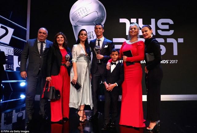 Đại gia đình chung vui với C.Ronaldo, trong lần thứ hai liên tiếp ngôi sao người Bồ Đào Nha nhận The Best