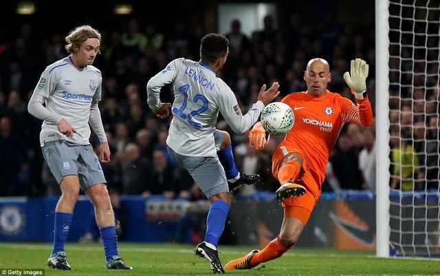 Thủ thành Caballero (phải) cứu thua khá nhiều cho Chelsea trong hiệp hai