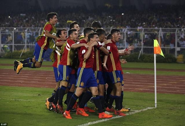 ...nhưng U17 Tây Ban Nha không thể giữ được lâu sự hưng phấn