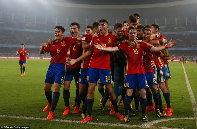 Tây Ban Nha là người khởi đầu tốt hơn và dẫn trước 2 bàn