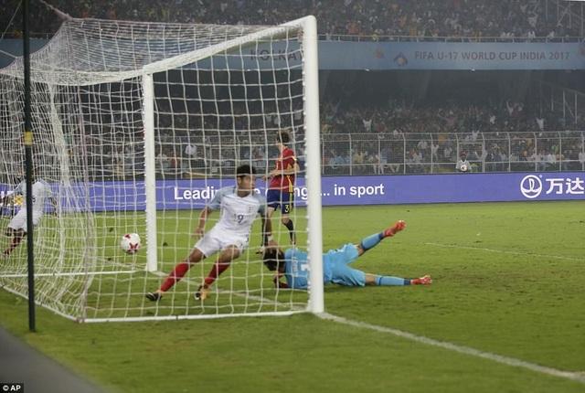 Hàng thủ Tây Ban Nha gục ngã trước sức tấn công liên tục của U17 Anh
