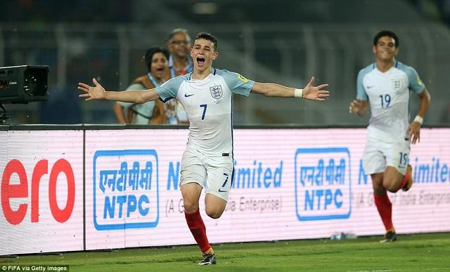 Phil Foden ăn mừng bàn thắng gỡ hòa 2-2 cho U17 Anh