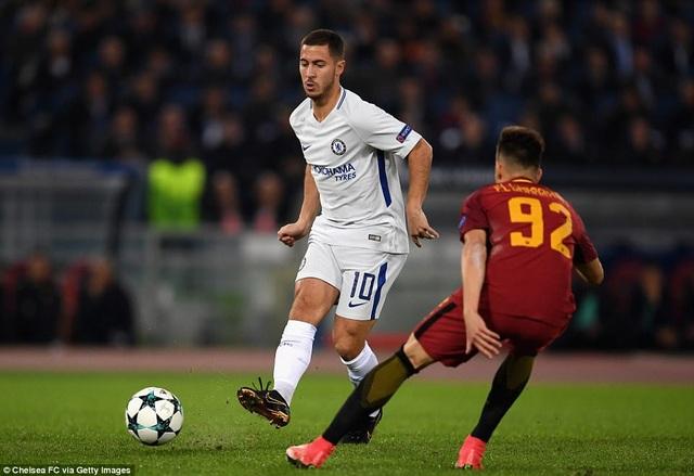 Hazard (trái) thi đấu mờ nhạt trước Roma