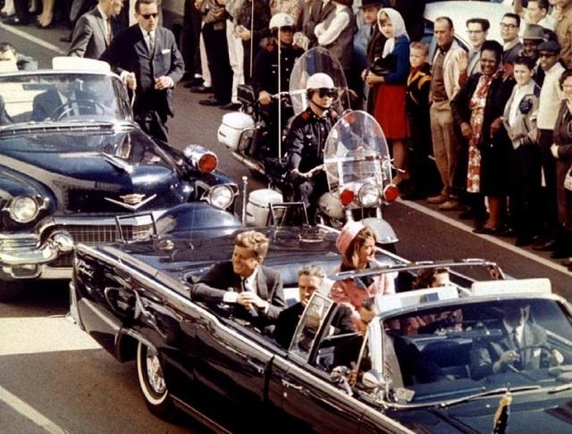 Tổng thống John F. Kennedy, Đệ nhất phu nhân Jacqueline Kennedy, Thống đốc bang Texas John Connally ngồi trên một chiếc ô-tô mui trần trước khi vụ ám sát diễn ra vào 22-11-1963